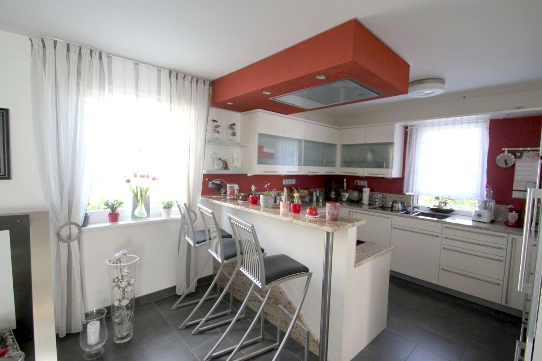 ...Exclusiv ausgestattetes REH mit ELW, Carport, ausgeb. DG und pflegeleicht angelegtem Garten ... - offene Küche